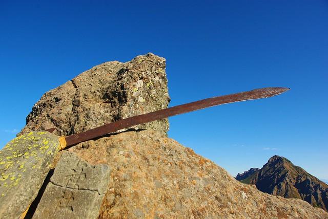 権現岳山頂の剣と石碑