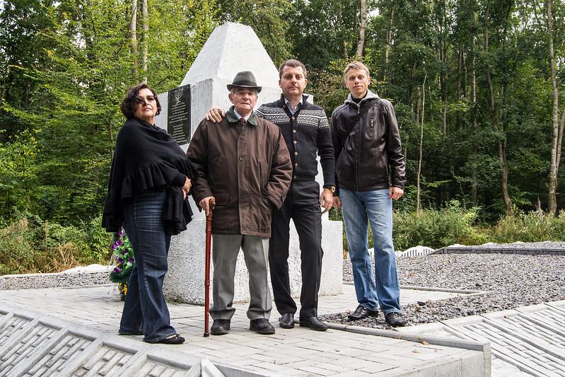 Фаина Гороховская, Аркадий Вайнер, Михаил Вулах и Николай Пекарский возле большой братской могилы