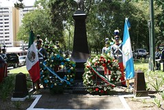 Colocación de una ofrenda floral en el busto dedicado a Miguel Hidalgo y Costilla en Guatemala