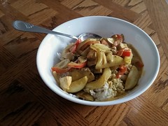 Curried chicken, onions, peppers & apples on r…