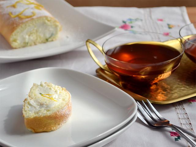 Kleine Biskuitrolle mit Zitronenjoghurt