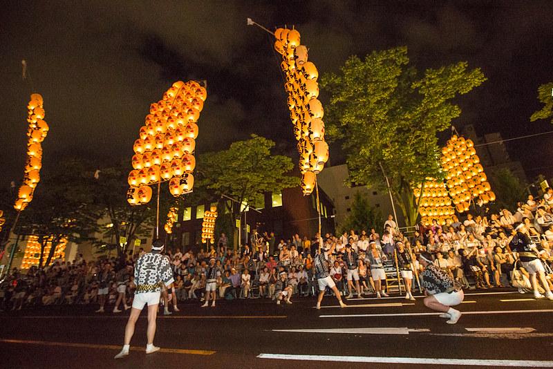En pleno festival Kanto matsuri en Akita