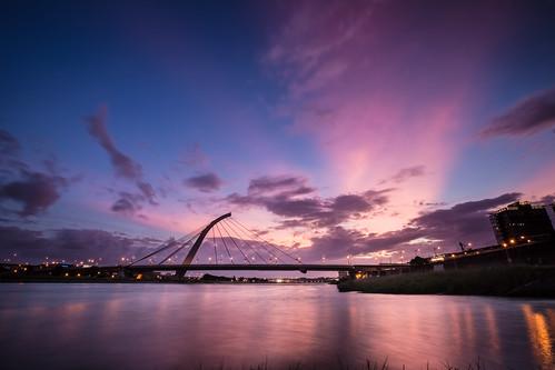 city longexposure bridge sunset building skyline night canon landscape cityscape cloudy taiwan bluehour 台灣 風景 afterglow partlycloudy 大直橋 基隆河 1635mm 火燒雲 基隆河右岸 canoneos5dmarkiii