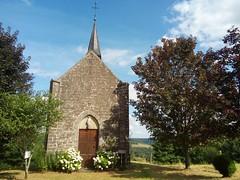 Une superbe petite chapelle isolée en pleine campagne avec un très beau point de vue derrière. Sainte Germaine 1854. Le secret de ce lieu est un petit banc situé derrière qui permet d observer la vallée… C est trop beau et ultra calme           - Ch