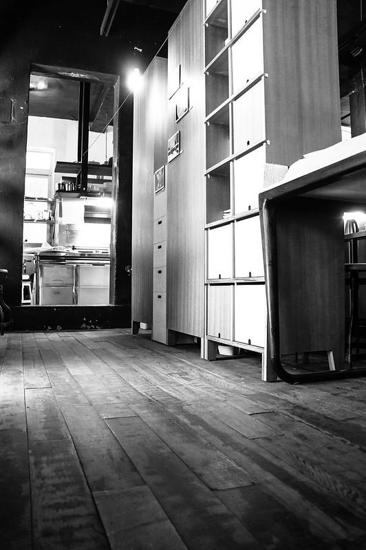 木地板訴說了這空間曾經的歲月 老屋在現代風格飾品點綴下更顯風華