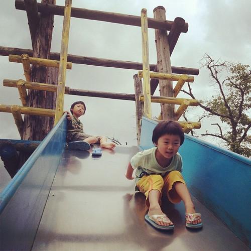 隣の小学校で遊ぶ二人。曇りで涼しい。