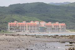 本沙灘今成了人工設施、建築,有著固沙作用的濱海植物馬鞍藤受到人為侵擾也已消失,飯店前僅存的沙灘更混合了建築混泥土及外來泥沙