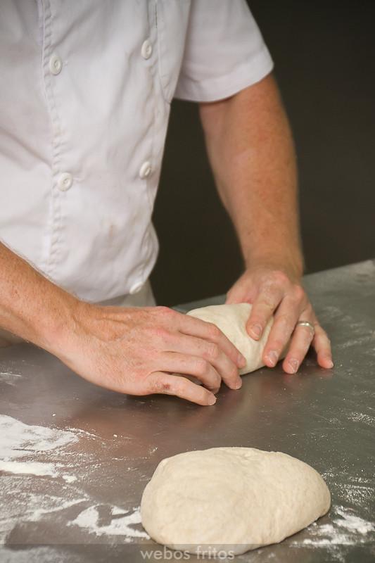 Dan Lepard dando forma a los panes