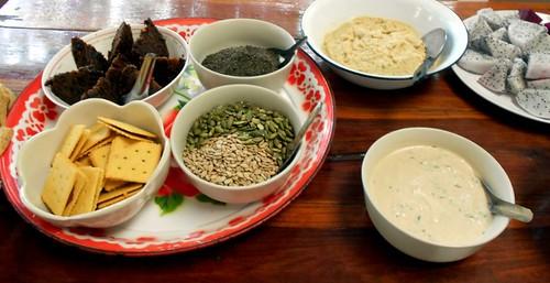 פרי הדרקון, חומוס, טחינה, פיצוחים, קרקרים ועוגה