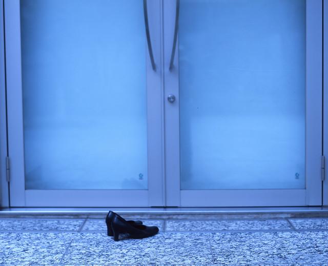扉の外の靴