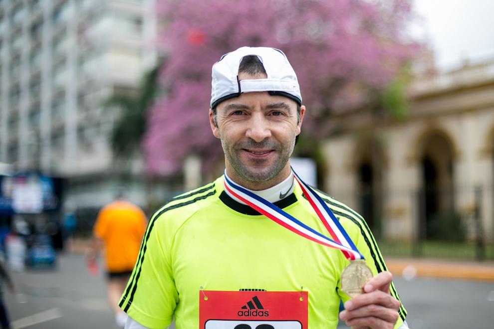 Un atleta recibe su medalla por participar del evento, poco tiempo después de finalizar la carrera. (Tetsu Espósito)