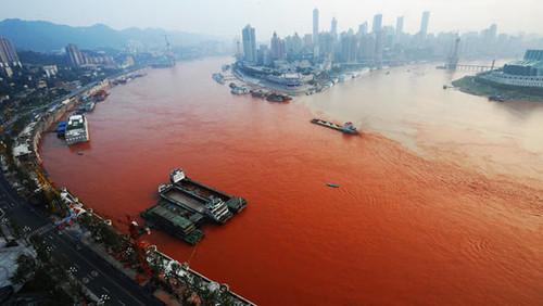 Вода в реке Янцзы, которая проходит через город в юго-западном Китае, вчера стала ярко-красной.