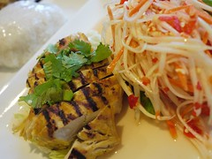 金, 2012-09-14 18:50 - Grilled marinated turmeric chicken w/ Green papaya salad & sticky rice