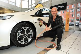 Peyman Amin mit dem Opel Ampera