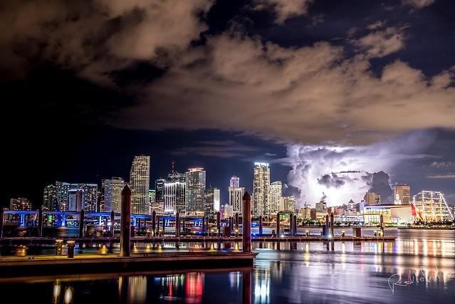 Night view of Downtown Miami & Brickell #miami #brickell #downtownmiami #lightning #bapunion #peruflag #bapunionPeru #reflection #neutraldensityfilter #ndfilter #water #bay