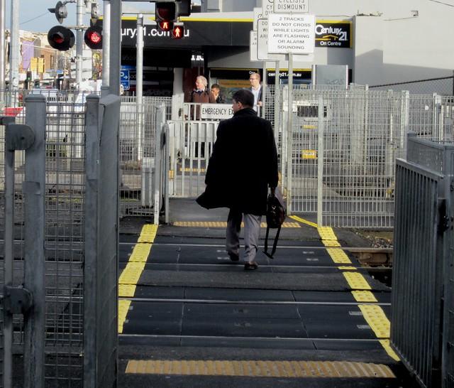 Level crossing pedestrian gates