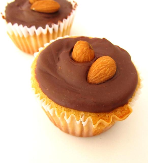 Cupcake de baunilha com ganache de chocolate e amendoa