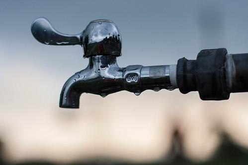 政府只想不斷增加進水量(發電量),卻不想解決不斷流失(電力浪費)的問題。圖片來源:Shenghung Lin
