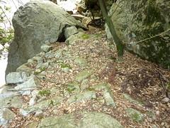 Canyon du Carciara : le sentier dallé à la sortie amont de la brèche en RG