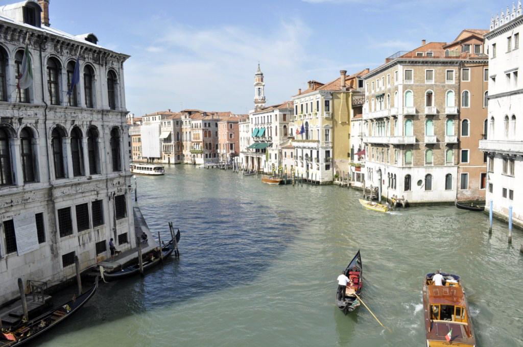 Venecia: Vista del Gran Canal desde lo alto del famoso puente Rialto venecia - 7962041838 93de0c9d09 o - Venecia, cosas que NO debes hacer en tu visita