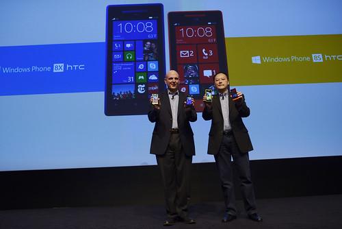 HTC執行長周永明(右)與微軟執行長Steve Ballmer(左)攜手推出Windows Phone 經典款智慧型手機