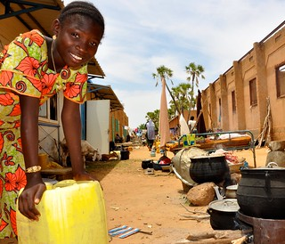 Water for cooking, Niger floods, Sept 2012