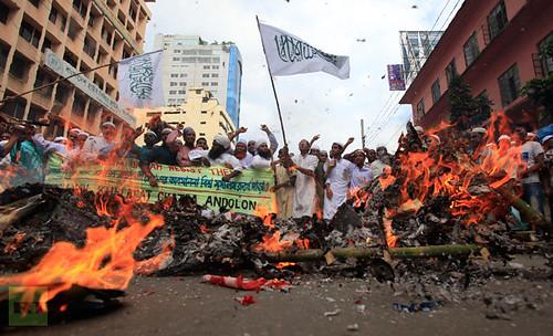 bangladeshi-muslims-shout-slogans