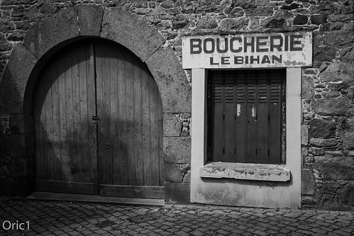 bw canon eos france franceoric1 nb oric1 argoat armorique blacknoir boucherie breizh bretagne brittany butcher côtesdarmor old shop vintage white lachapellenotredamedutertre sigma 1835mm f18 art door wood passé ancien street town chatelaudren