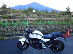 ホンダのNC700Sをお借りして、一人ツーリング中。富士山を みにきました。夕日に映える富士山がきれいです。