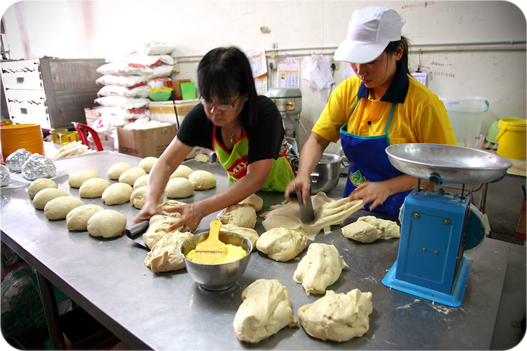 cutting-measuring-dough
