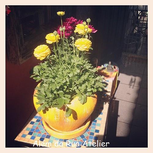 Vaso pintado e flores