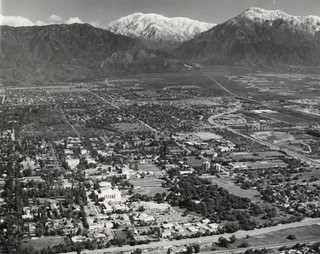 Aerial view of Pomona College and the San Gabriel Mountains in 1985