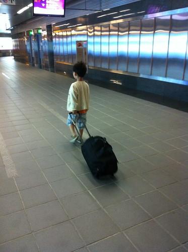 提著行李箱趴趴走