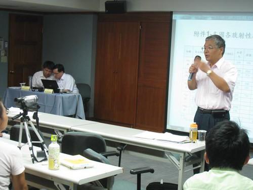 原子能委員會輻射防護處簡任技正廖家群說明食物檢測的原則。(攝影:Kuo Sh)