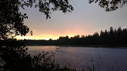 sunset summer lake nature rain mobile espoo suomi finland evening nationalpark twilight europe sade cellphone eu rainy scandinavia nuuksio ilta crepuscular kesä kansallispuisto luonto silhuette järvi auringonlasku noux evenfall hämärä sataa sateinen pureview siikajärvi nokia808