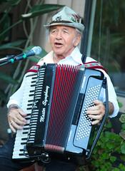 wind instrument(0.0), accordion(1.0), folk instrument(1.0), garmon(1.0),
