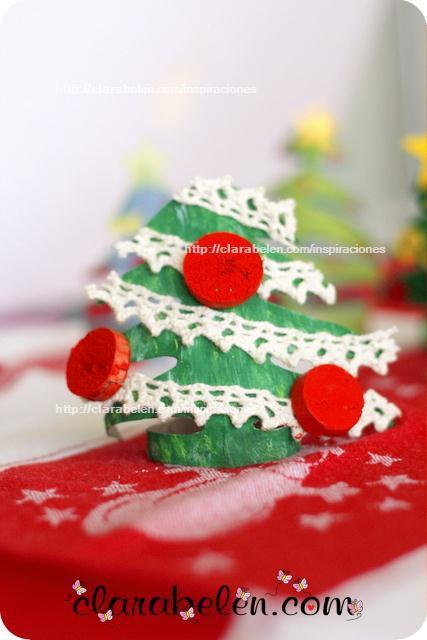 Cómo hacer pequeños árboles de Navidad para adorno o servilletero con rollos de papel y corcho