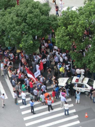在上海日本領事館前でのデモ行進