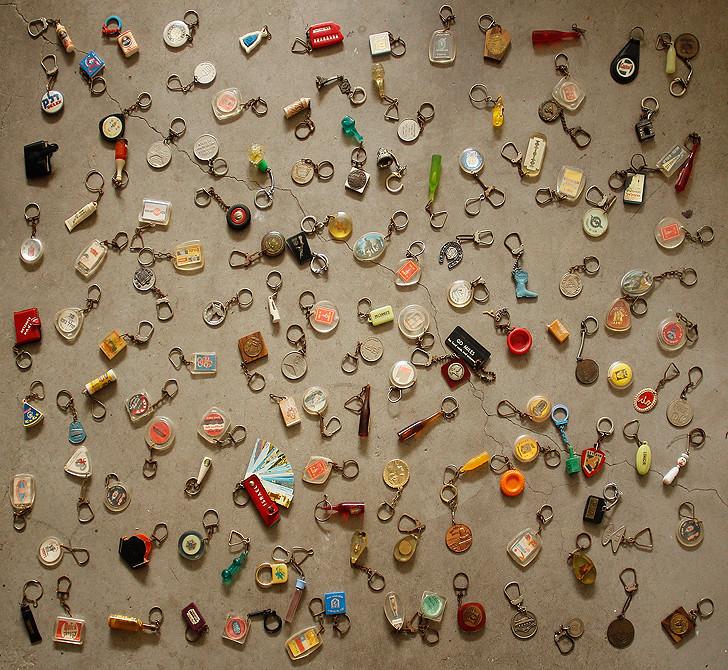 אוסף מחזיקי המפתחות ממבט עילי.