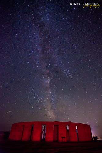 red night stars shower washington memorial replica stonehenge wa nightsky meteor perseidsmeteorshower milkyway maryhill canon1740f4 perseids maryhillstonehenge canon5dmkii redstonehenge