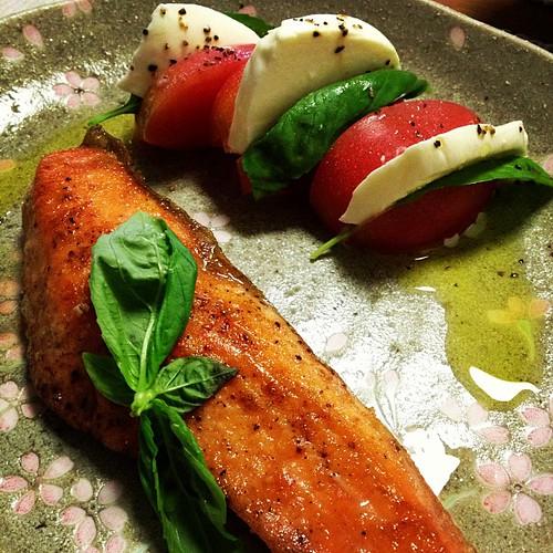 鮭のムニエルとモッツァレラチーズのカプレーゼ