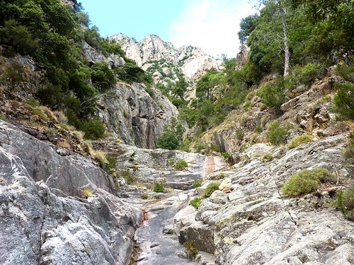 Remontée du haut-Velacu : suite du ravin au-dessus des dalles noires