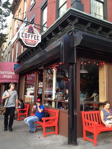 ゴリラ・コーヒー。赤いベンチがかっこいい。