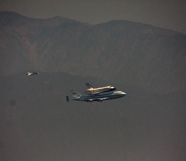 Space Shuttle Endeavour over los Angeles