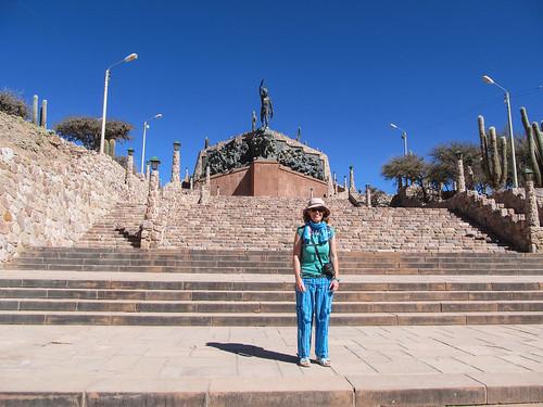 Humahuaca: Miss V et son nouveau pantalon devant le Monumento a la Independencia