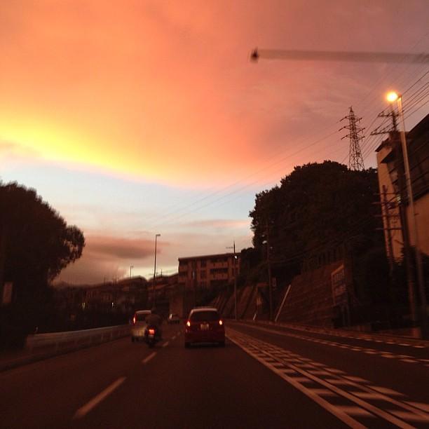 オレンジ色の世界を通り抜けていく。