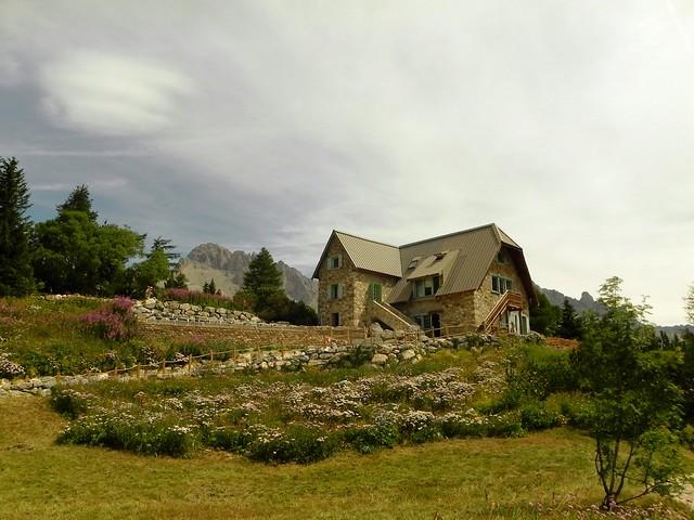 Le jardin et les bâtiments du jardin alpin du Lautaret
