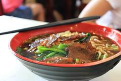 bibimbap(0.0), noodle(1.0), bãºn bã² huế(1.0), lamian(1.0), noodle soup(1.0), meat(1.0), food(1.0), beef noodle soup(1.0), dish(1.0), bulgogi(1.0), soup(1.0), cuisine(1.0), nabemono(1.0),
