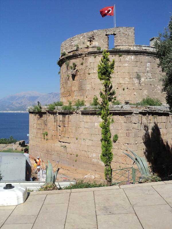 Вот мы и вышли к морю. Башня Хыдырлык (Hıdırlık kulesi). Римское сооружение, II век, высота 14 м. Возможно, играла роль маяка или оборонительной башни.