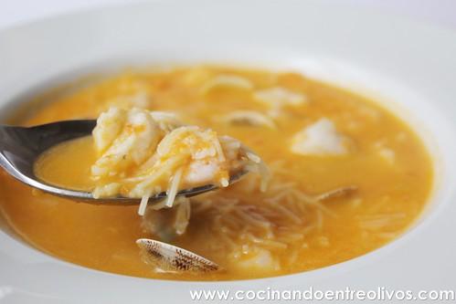 Sopa de pescado con fideos